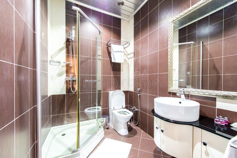Het moderne badkamersbinnenland in hotel stock fotografie