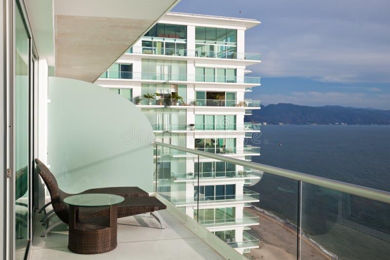 Het moderne Balkon van het Flatgebouw met koopflats royalty-vrije stock afbeelding