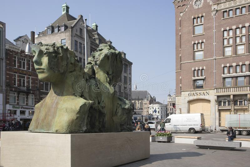 Het moderne beeldhouwwerk in de vorm van een vrouwen` s hoofd dichtbij Damvierkant royalty-vrije stock afbeelding