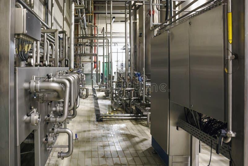 Het moderne binnenland van de brouwerijfabriek Staaltanks of vaten voor filtratiebier, pijplijnen en ander materiaalhulpmiddel in stock foto