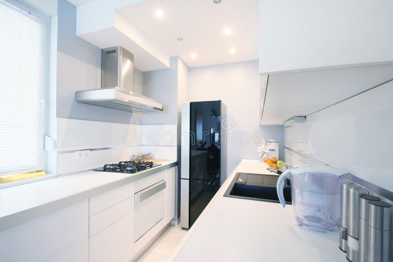 Het moderne binnenland van de keuken stock afbeelding
