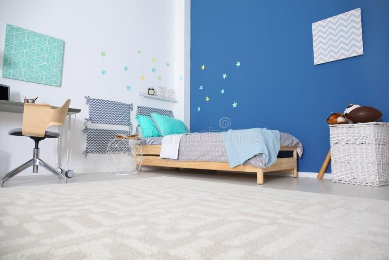 Het moderne binnenland van de kindruimte met comfortabel bed royalty-vrije stock afbeeldingen