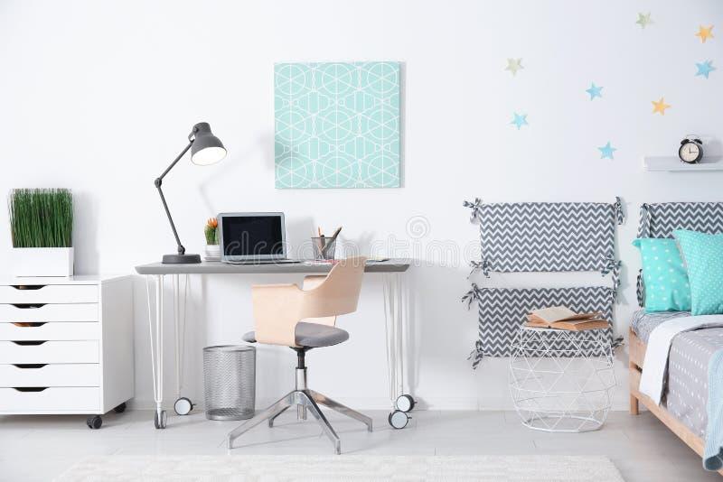 Het moderne binnenland van de kindruimte met comfortabel bed stock foto