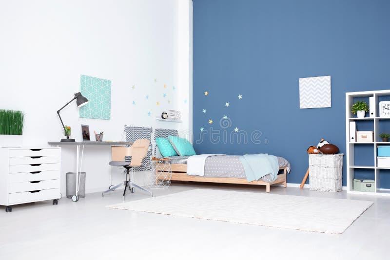 Het moderne binnenland van de kindruimte met comfortabel bed stock afbeelding