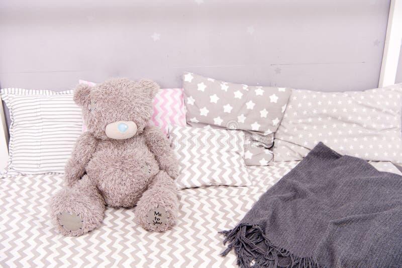 Het moderne binnenland van de kindruimte met comfortabel bed draag stuk speelgoed op bed Meisjesslaapkamer Het binnenland van de  royalty-vrije stock fotografie