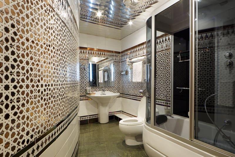 Het moderne binnenland van de luxebadkamers stock foto's