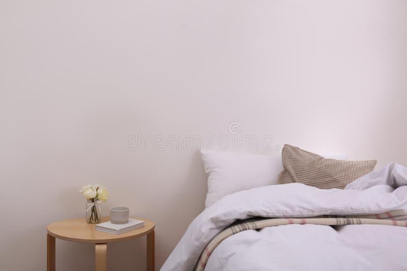 Het moderne binnenland van de tienerruimte met comfortabel bed stock afbeeldingen