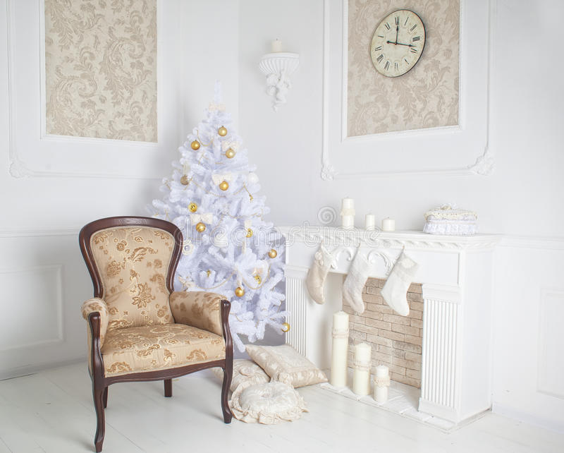 Het moderne binnenland van open haard met Kerstmisboom en stelt in wit voor royalty-vrije stock afbeelding