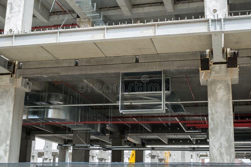 Het moderne concrete bulding in bouw met airconditioning het door buizen leiden stock afbeeldingen