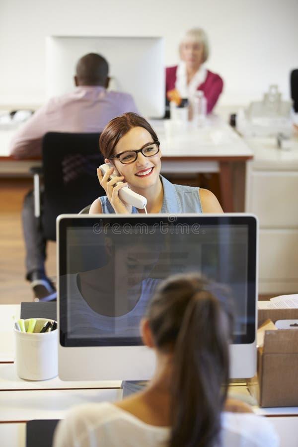 Het Moderne Creatieve Bureau van zakenmanon phone in stock foto's