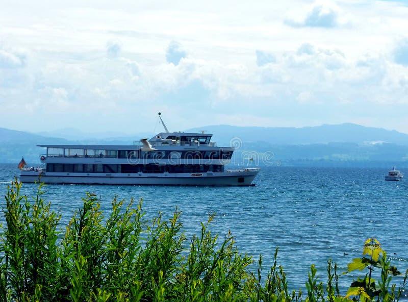 Het moderne cruiseschip ontmoet motorboot stock foto's