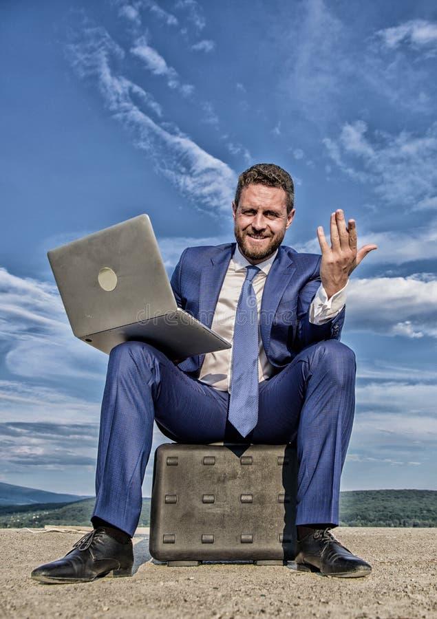 Het moderne de kanswerk van het technologie?n draagbare apparaat wereldwijd Beste bedrijfslaptops De zakenman met notitieboekje z royalty-vrije stock afbeeldingen