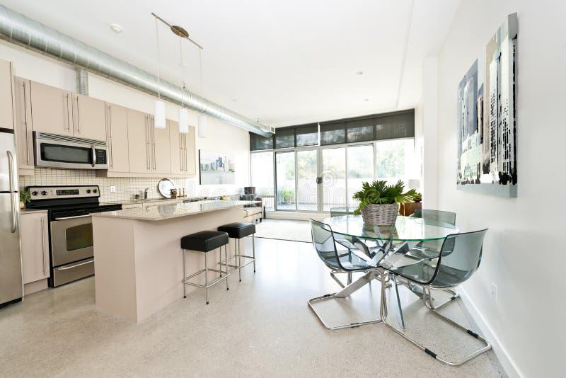 Het moderne dineren en de woonkamer van de flatgebouw met koopflatskeuken stock fotografie
