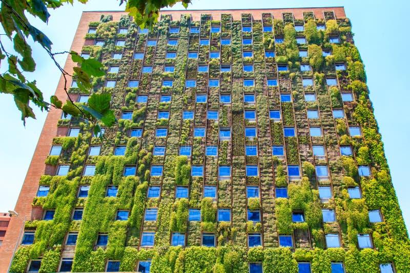 Het moderne gebouw met groen ecoconcept in Santiago, Chili stock afbeeldingen