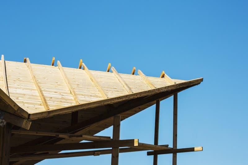 Het moderne gemaakte hout van de ontwerppergola as met duidelijke blauwe de zomerhemel stock afbeelding