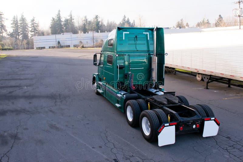 Het moderne groene semi vrachtwagentractor drijven op parkeerterrein voor attac stock foto's