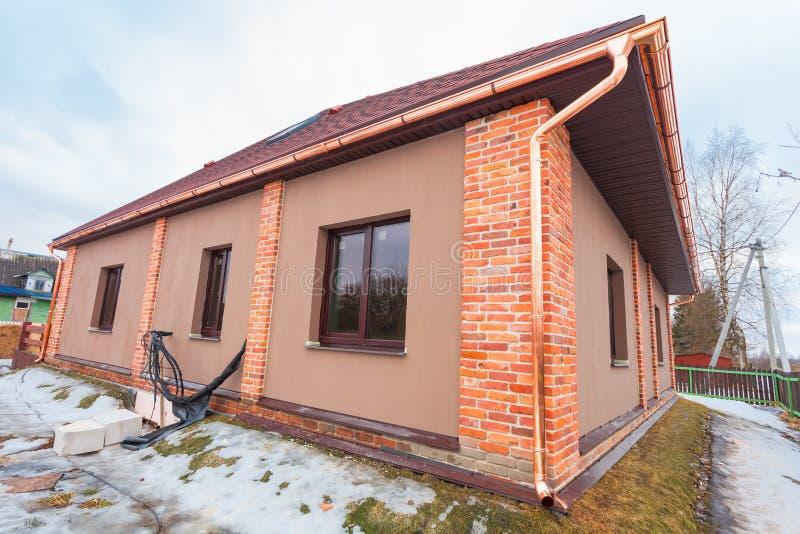 Het moderne huis met terras is in aanbouw remodelleert en bouwmateriaal voor vernieuwing royalty-vrije stock foto