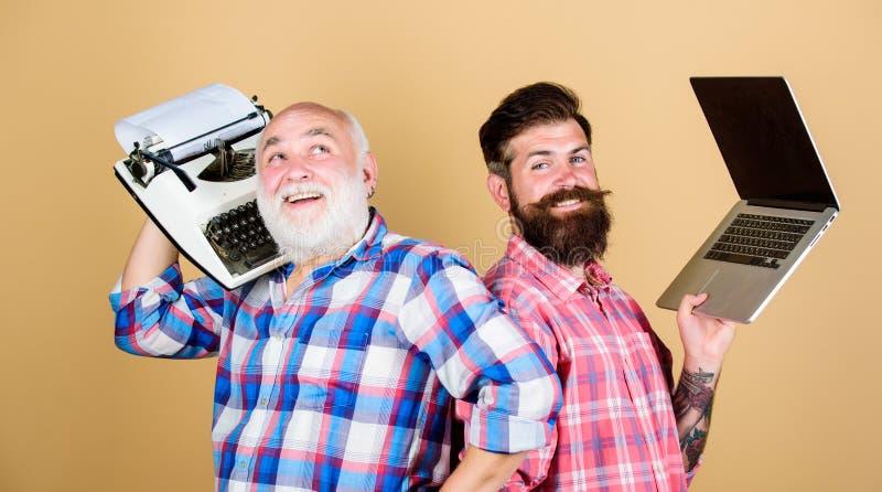 Het moderne leven en resten van de afgelopen Hogere mens met schrijfmachine en hipster met laptop Hoofd nieuwe technologieën De m royalty-vrije stock afbeeldingen