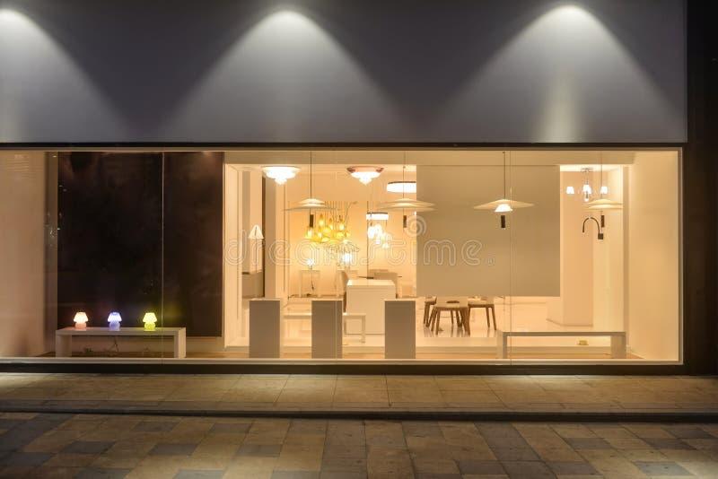 Het moderne meubilair van de kroonluchterverlichting in winkelvenster royalty-vrije stock fotografie