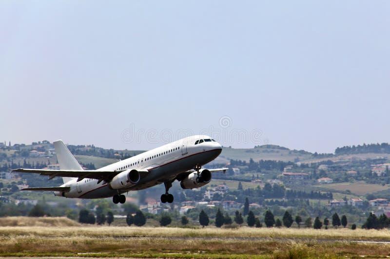 Het moderne passagiersjet landen. stock afbeelding