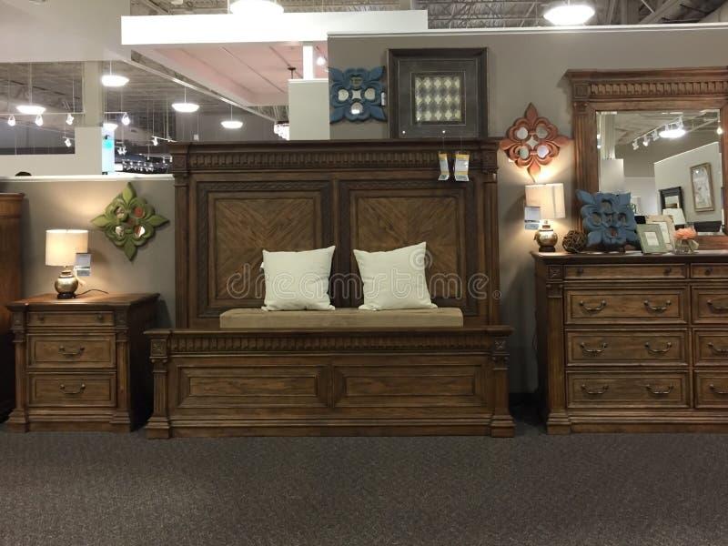 Het moderne slaapkamer houten meubilair verkopen stock afbeeldingen
