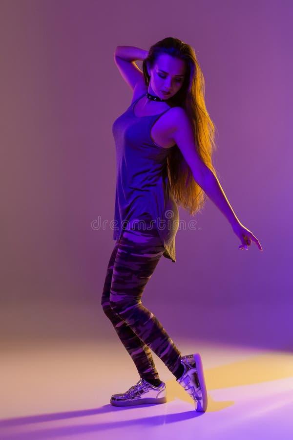 Het moderne stijldanser stellen op studioachtergrond Kleurenfilters stock fotografie