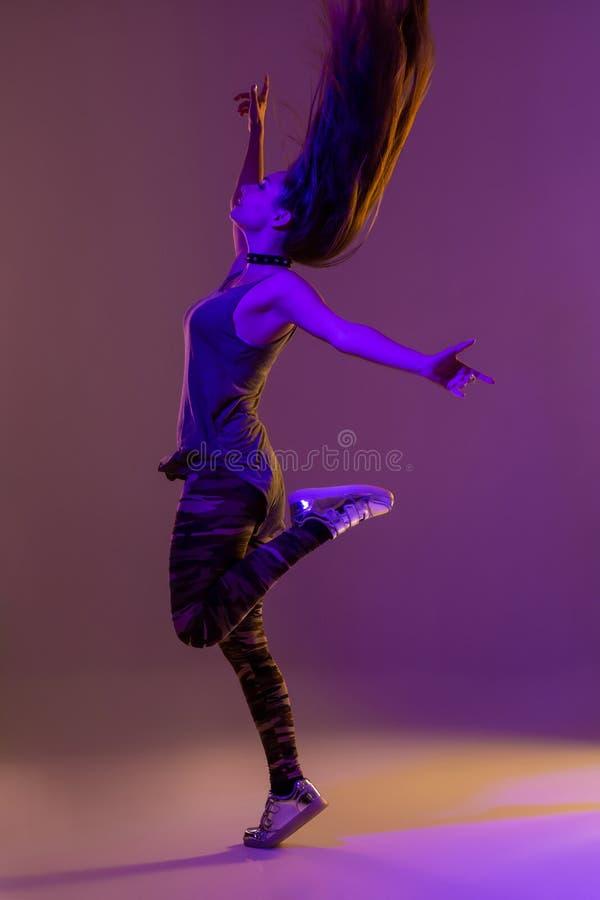 Het moderne stijldanser stellen op studioachtergrond Kleurenfilters stock foto's