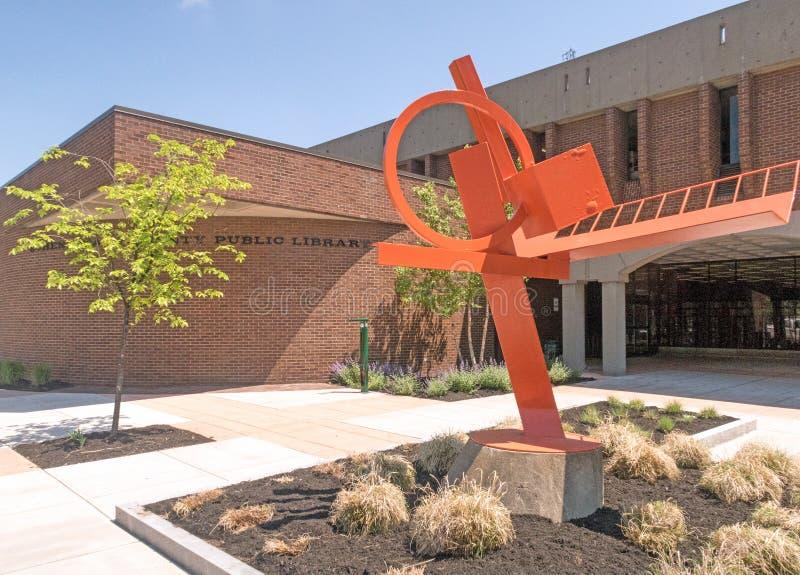 Het moderne stuk van het kunstbeeldhouwwerk buiten ingang aan Schenectady-de Openbare Bibliotheek van de Provincie royalty-vrije stock afbeelding