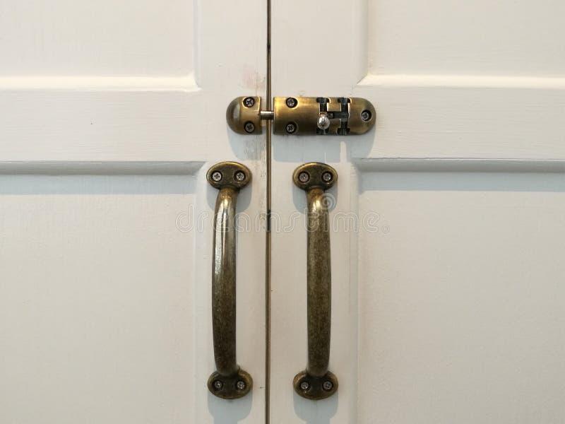 Het moderne uitstekende handvat en de dia van de stijldeur sluiten op witte natuurlijke houten deur, witte deur met slot en handv stock afbeelding