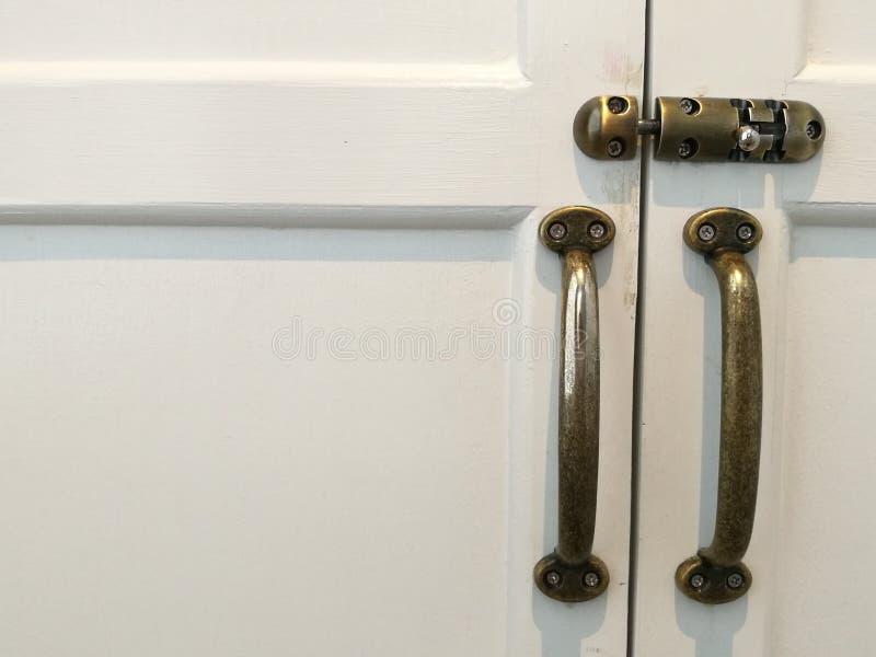 Het moderne uitstekende handvat en de dia van de stijldeur sluiten op witte natuurlijke houten deur, witte deurruimte op de linke royalty-vrije stock foto's