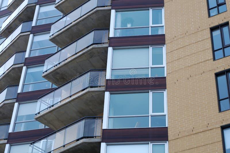 Het moderne van het het flatgebouw met koopflatsbalkon van de woningbouwflat volledige kader stock fotografie