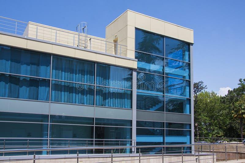 Het moderne vuilding met blauwe vensters stock afbeeldingen