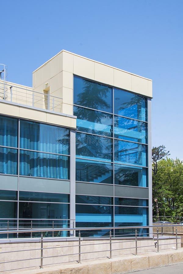 Het moderne vuilding met blauwe vensters stock foto's