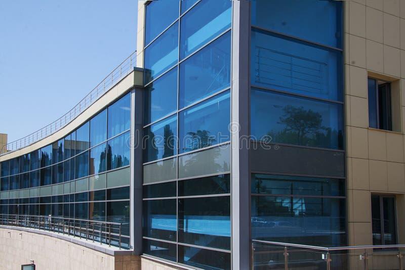 Het moderne vuilding met blauwe vensters royalty-vrije stock afbeelding