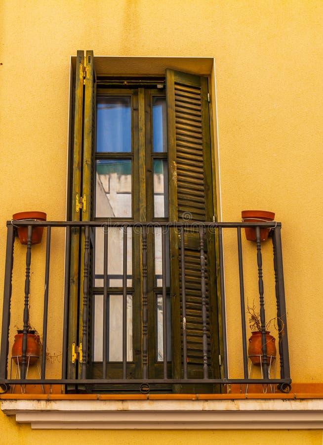 Het modieuze balkon met een metaaltraliewerk, stevige architecturaal elemen stock afbeelding