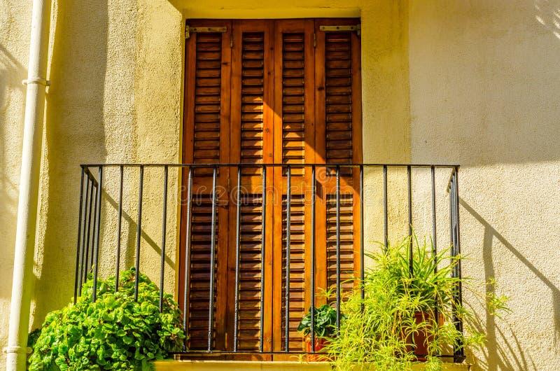 Het modieuze balkon met een metaaltraliewerk, stevige architecturaal elemen royalty-vrije stock afbeelding