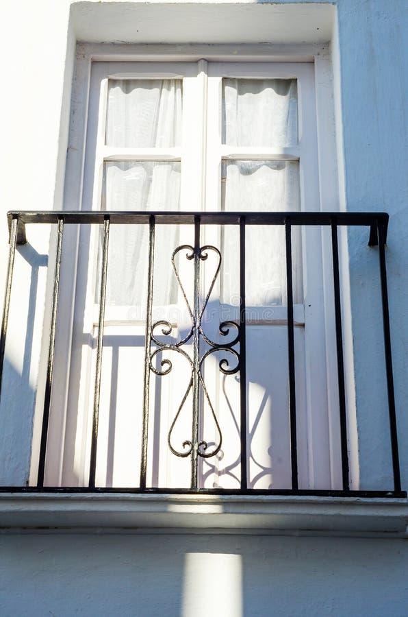 Het modieuze balkon met een metaaltraliewerk, stevige architecturaal elemen stock fotografie