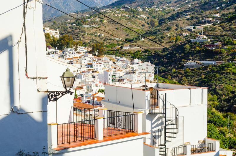 Het modieuze balkon met een metaaltraliewerk, stevige architecturaal elemen royalty-vrije stock foto's