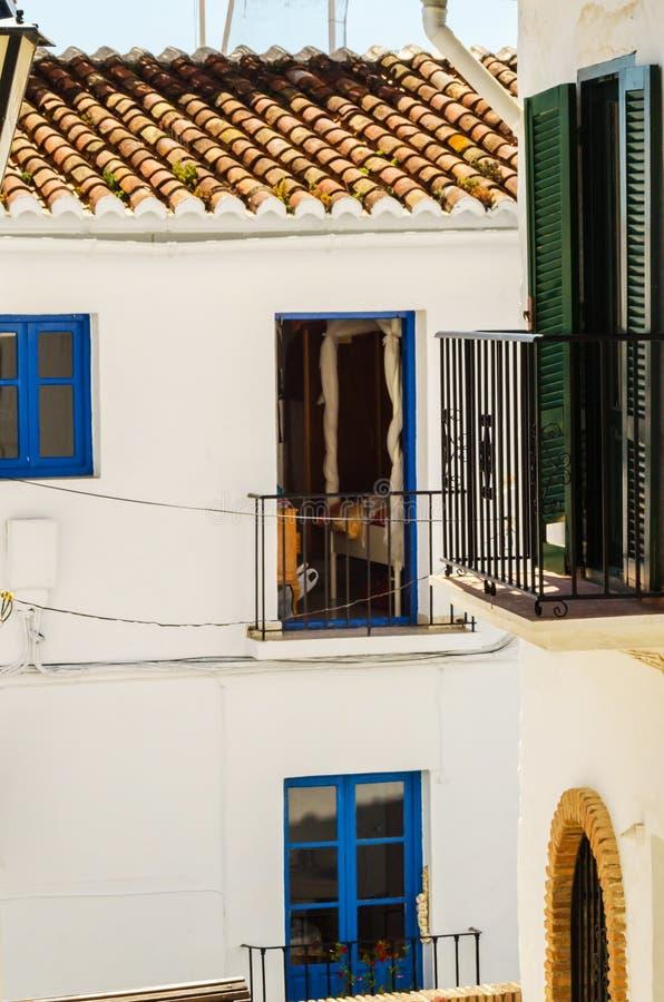 Het modieuze balkon met een metaaltraliewerk, stevige architecturaal elemen royalty-vrije stock foto
