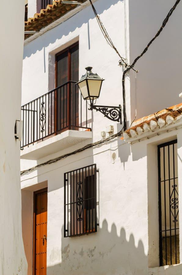 Het modieuze balkon met een metaaltraliewerk, stevige architecturaal elemen royalty-vrije stock fotografie