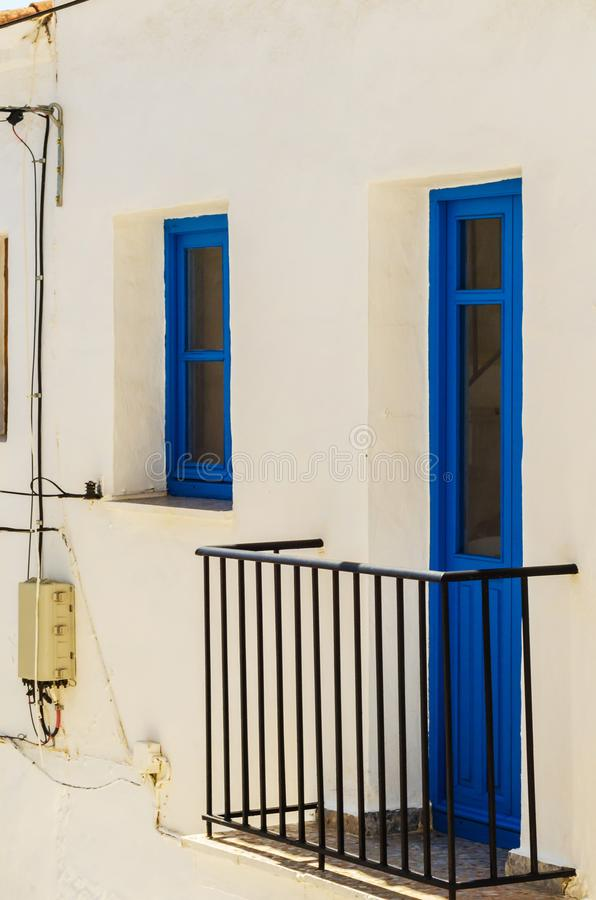 Het modieuze balkon met een metaaltraliewerk, stevige architecturaal elemen royalty-vrije stock afbeeldingen