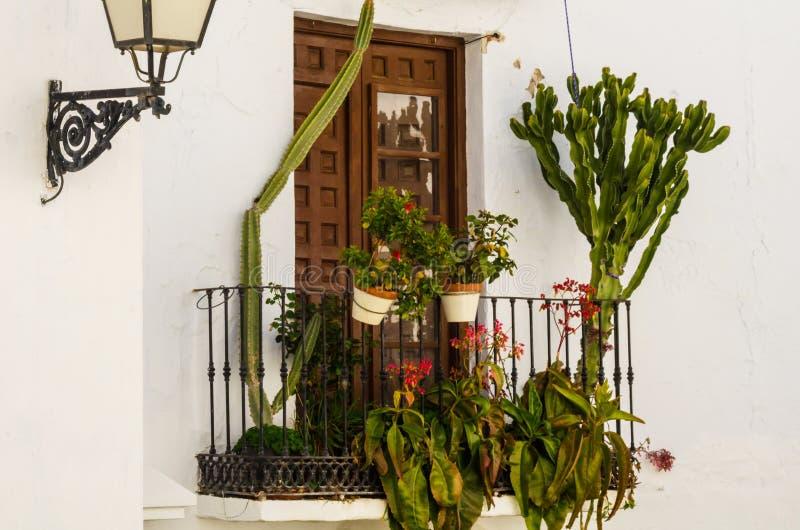 Het modieuze balkon met een metaaltraliewerk, stevige architecturaal elemen stock foto