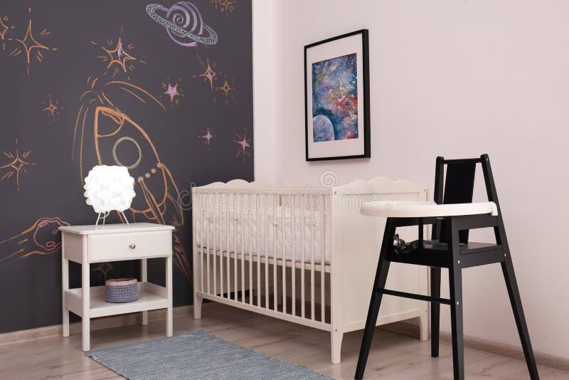 Het modieuze binnenland van de babyruimte stock afbeelding