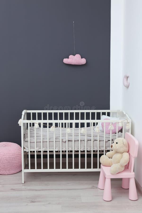 Het modieuze binnenland van de babyruimte met voederbak stock afbeelding