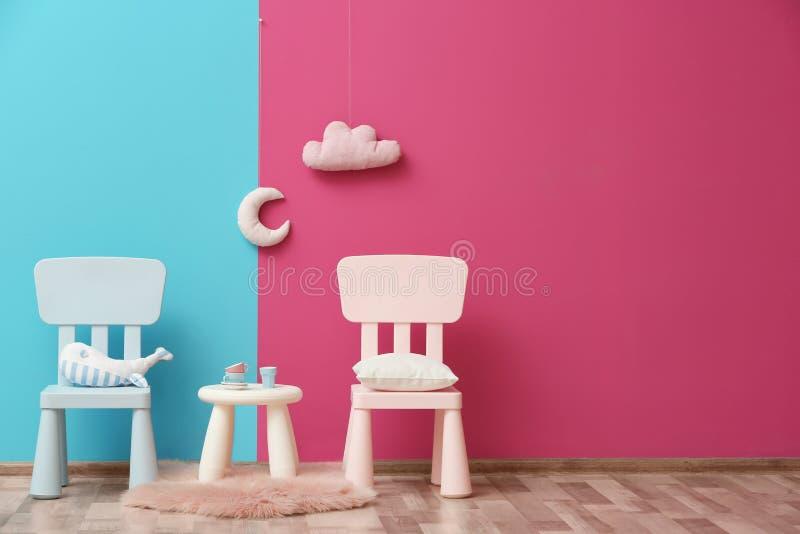 Het modieuze binnenland van de kinderen` s ruimte met speelgoed en nieuw meubilair stock fotografie