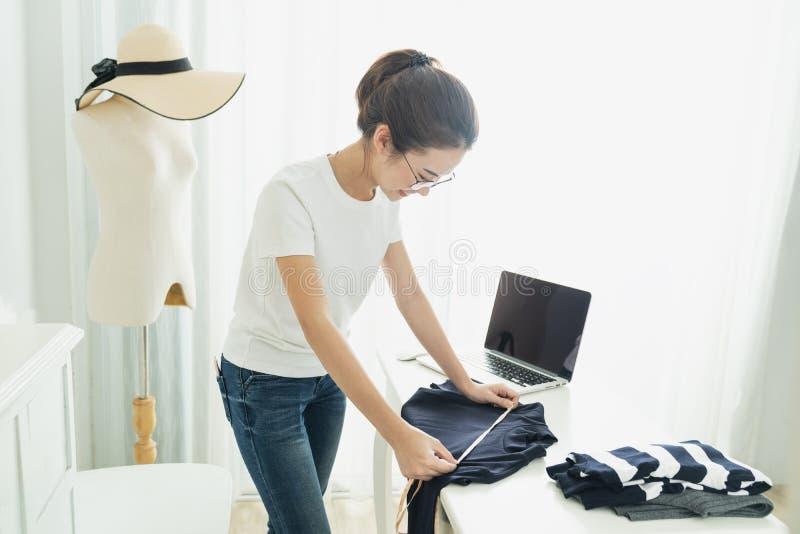 Is het modieuze de toonzaalconcept van de manierontwerper, Jong Aziatisch meisje freelancer met haar particuliere sector thuis bu royalty-vrije stock foto