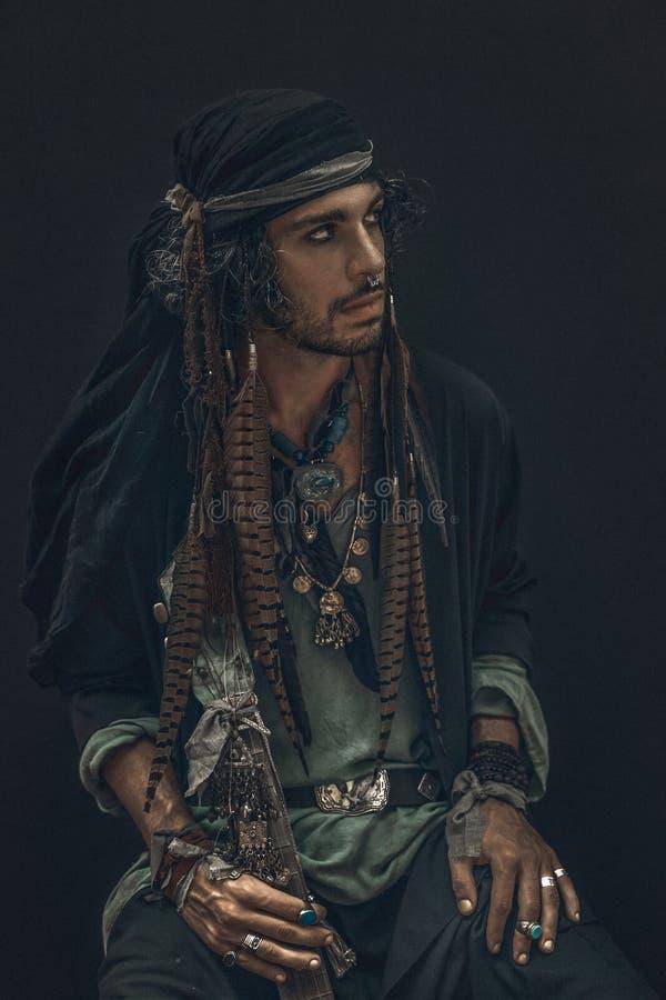 Het modieuze dichte omhooggaande portret van de boho jonge mens royalty-vrije stock afbeelding