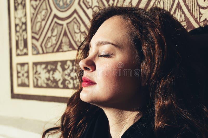 Het modieuze, elegante vrouw openlucht glimlachen stock afbeeldingen