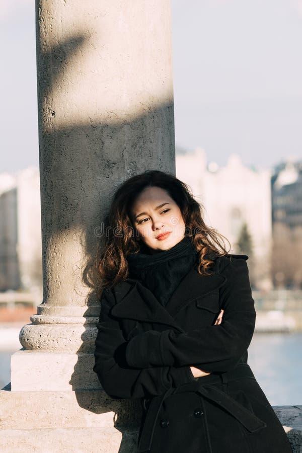 Het modieuze, elegante vrouw openlucht glimlachen royalty-vrije stock fotografie