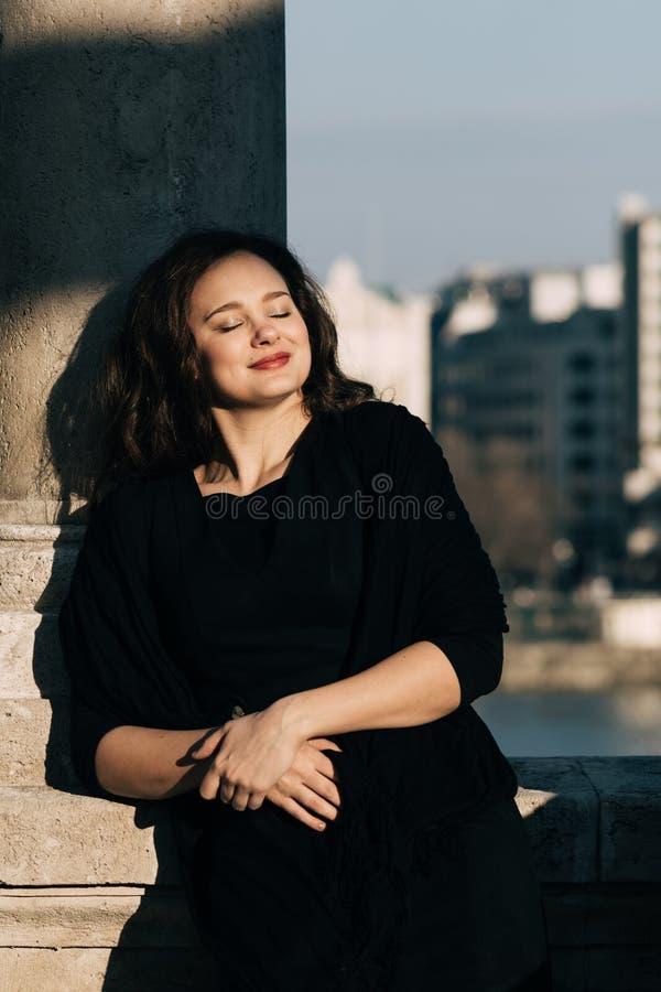 Het modieuze, elegante vrouw openlucht glimlachen royalty-vrije stock afbeeldingen